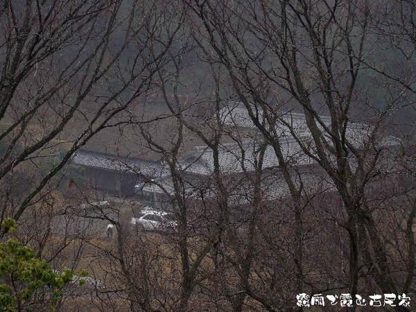 2014-03・18 霧雨に煙る古民家.jpg