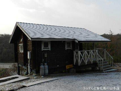 2014-12・18 うっすらと雪化粧の山小屋.JPG